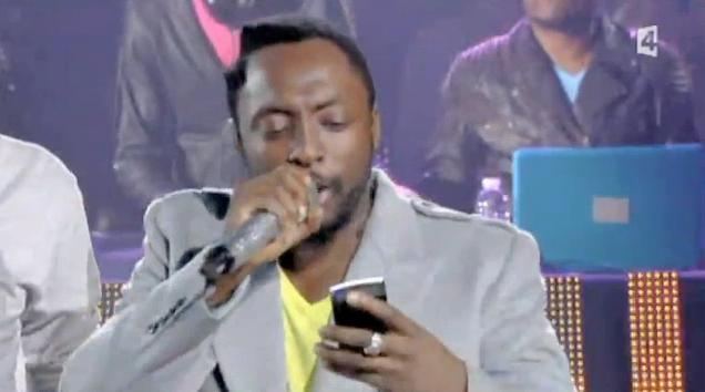 Will.i.am Forgets His Own Lyrics, Reads Them From Phone